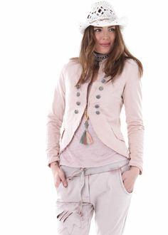 Stylischer Sweatblazer mit Schulterklappen, Hakenverschluss, angedeuteten Taschen und dekorativen Knöpfen.