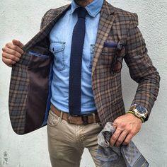 Den+Look+kaufen:+https://lookastic.de/herrenmode/wie-kombinieren/sakko-jeanshemd-jeans/21274+  —+Hellblaues+Jeanshemd+ —+Dunkelblaue+Strick+Krawatte+ —+Dunkelblaues+Einstecktuch+ —+Braunes+Wollsakko+mit+Schottenmuster+ —+Brauner+Ledergürtel+ —+Beige+Jeans+