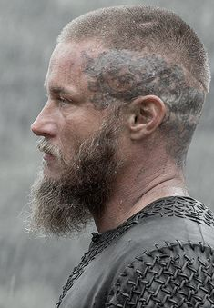 The Best Ragnar Lothbrok Hairstyles & Haircuts Guide) Ragnar Lothbrok Vikings, Ragnar Lothbrok Haircut, Vikings Travis Fimmel, Travis Fimmel Vikingos, Vikings Tv Series, Vikings Tv Show, Ragnar Lothbrook, Bracelet Viking, Viking Jewelry