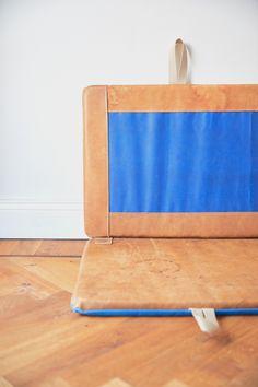 Für alle, die für ihr Bett noch die passende Rückenlehne brauchen oder eine Vintage-Lederauflage für Bänke und Liegen suchen. Mit der Vintage-Ledermatte im passenden Maß hat deine Suche ein Ende. Hardcrafted Hamburg | Möbel aus Turngeräten #hardcraftedhamburg #turngeraete #moebelausturngeraeten #vintage #interiordesign #wohnzimmer #livingroom #interior #wohnen #interiordesign #design #home #industriedesign #industrialdesign #architecture #leder #leather #handmade Hamburg Germany, Interiordesign, Fine Furniture, Vintage, Handmade, Industrial Design, Pool Chairs, Gymnastics, Searching
