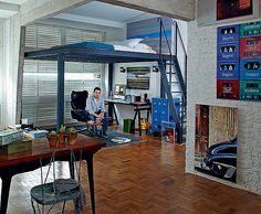 O mezanino com estrutura metálica foi a grande sacada no apartamento de 60 m² do fotógrafo Lufe Gomes. Embaixo, fica o escritório. Em cima, sobrou 1,20 m de altura, suficiente para ele dormir!