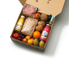 Friend, it's not too late for you to organize an urgent getaway to London to enjoy a Christmas dinner at Hogwarts like Harry Potter - The Bin - Bento Ideas Food Box Packaging, Organic Packaging, Food Packaging Design, Snack Box, Lunch Box, Breakfast Basket, Fruit Box, Bento Box, Recipe Box