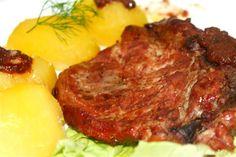 """Carnea de porc dupa mine este """"traditional"""" romaneasca  , oricat pui, peste, vita am mancar nimic nu se compara cu gustul carnii de porc. Carnea de porc se poate prepara in foarte multe feluri, de la sarmale si carnati la fripturi integrale numai din carne de porc. Cum se apropie Craciunul si o sa iesim din post cu totii o sa gustam macar putina fripturica de porc. http://www.retete-mancare.com/porc-la-tava.html"""