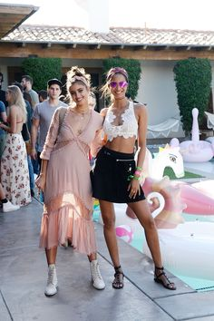 Celebrities love Coachella. El vestido rosa de Taylor Hill para invitadas perfectas.