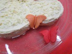 Mariposas de pasta de azúcar decorativas.