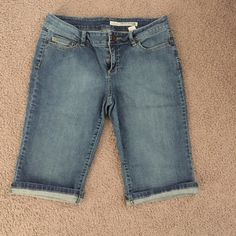 DKNY Shorts Jeans size 6 petite stretch DKNY Bermuda Shorts Jeans size 6 petite stretch . In good condition. Inseam is 14 inches unfolded. DKNY Shorts Jean Shorts