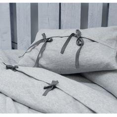 Dla tych, którzy nawet we śnie nie mogą rozstać się z bluzą z kapturem. Ciepła pościel zamykana na wiązanie z troczków. Pasuje na kołdry i poduszki z Ikei.  singiel: kołdra 200x150, poduszka 50x60  Szyjemy teżna miarę każdej kołdry i poduszki.