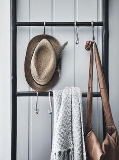 Accessoires accrochés à des crochets, sur une échelle.