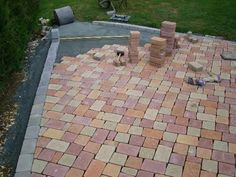 How to lay pavers all the info on the laying of paving stones exterior Paving Diy, How To Lay Pavers, Outdoor Projects, Outdoor Decor, Paving Stones, Brickwork, Floor Design, Garden Paths, Surface Habitable