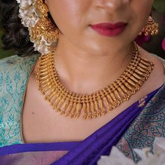 Jewelry OFF! 19 Super Simple Gold Necklace Designs That You Cant Resist! Gold Necklace Simple, Golden Necklace, Short Necklace, Indian Jewelry Earrings, Indian Jewelry Sets, Gold Jewelry, Jewelry Bracelets, Gold Mangalsutra Designs, Necklace Designs