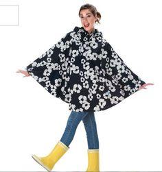 Trendy og moderne regnponcho i vanntett materiale. Beskytter deg raskt når en regnskur skulle dukke opp uventet. Praktisk og funksjonelt å ha med seg i vesken når været e