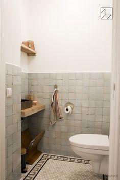 Interior Design Toilet, Toilet Design, Bathroom Interior, Home Interior Design, Toilet Tiles, Small Toilet, Tadelakt, Bathroom Toilets, Bathroom Inspiration