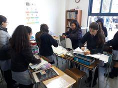 Alumnos ayudando a ordenar la sala de Psicopedagogía durante el recreo.