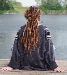 Hippie Dreads, New Dreads, Dreadlocks Girl, Short Dreads, Dread Braids, Hippie Hair, Dance Hairstyles, Dreadlock Hairstyles, Messy Hairstyles