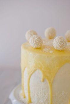 Ce gâteau, je l'avais en tête depuis un moment... Recréer le goût du Raffaello dans un layer cake. Un gâteau pour l'amour de la noix de coco !
