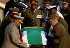 14-Dec-2013 7:38 - KIST MANDELA OP WEG NAAR QUNU. Het stoffelijk overschot van Nelson Mandela is overgebracht naar een luchtmachtbasis in Waterkloof. In een speciale ceremonie nemen leden van het ANC afscheid van de oud-president van Zuid-Afrika. Mandela wordt later vandaag overgebracht naar Qunu, het dorp waar hij morgen wordt begraven. De afgelopen dagen hebben zeker honderdduizend mensen afscheid genomen van Mandela. Duizenden Zuid-Afrikanen hebben gisteren tevergeefs staan wachten bij...