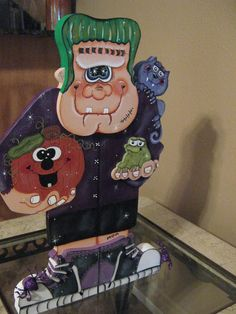 Frankenstein and Friends/ not sure I like the face Halloween Yard Art, Halloween Wood Crafts, Halloween Painting, Halloween Signs, Halloween Season, Cute Halloween, Holidays Halloween, Halloween Themes, Fall Crafts