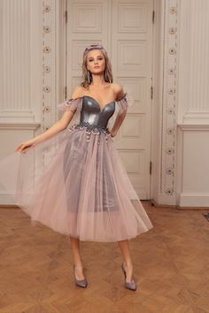 Style is a fun and flirty option that is perfect for a fresh summer gala. Catch the eye of your admirer in a gown of pink tulle, metallic grey, with an exposed neck, chest, and back. Evening Gowns With Sleeves, Long Evening Gowns, Spring Dresses, Prom Dresses, Formal Dresses, Formal Wear, Short Cocktail Dress, Cocktail Dresses, Lovely Legs