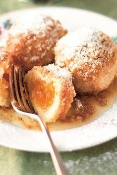 Süß und fruchtig: Gefüllte Marillenknödel mit Nussstreuseln! Rezept von Sarah Wiener auf http://www.gofeminin.de/kochen-backen/sarah-wieners-suessspeisen-d23903c299257.html