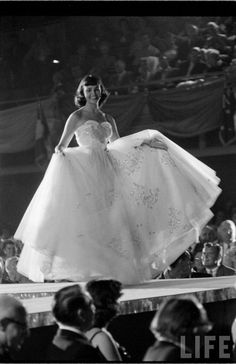 Miss Universe Pageant, 1953 Cute Vintage Outfits, Vintage Girls, Vintage Love, Vintage Beauty, Vintage Fashion, Miss Univers, Pageant Girls, Beauty Contest, Miss Usa