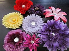 A tutorial on how to make flower clips for in hair or on a headband.  SUPER EASY! :)