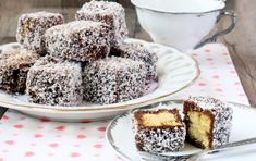 Lamingtons are small cakes from the traditional Australian cuisine, which are covered in chocolate and desiccated coconut. I found them in an Australian bakery and I really liked them, so I tried to … Australian Bakery, Australian Desserts, Australian Food, Lamingtons Recipe, Wine Recipes, Cooking Recipes, Aga Recipes, Cooking Food, Plain Cake