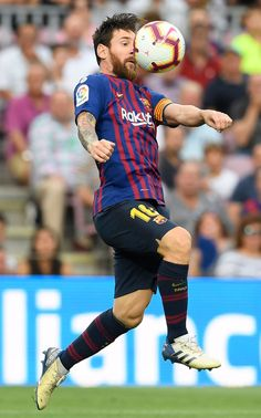 Barcelona's Argentinian forward Lionel Messi controls the ball during the Spanish league football match between FC Barcelona and SD Huesca at the Camp Nou stadium in Barcelona on September Erstklassige Nachrichtenbilder in hoher Auflösung bei Getty Images Football 2018, God Of Football, Best Football Players, Football Memes, Football Match, Lional Messi, Messi Soccer, Neymar, Fc Barcelona