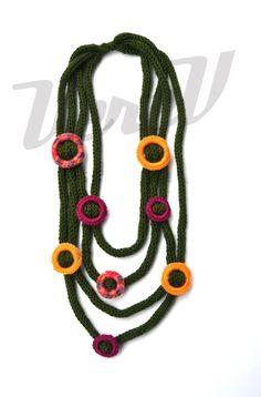 Collana in lana lavorata a tricottina con decori a cerchi di VereV, €26,00