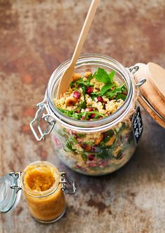 Rens Kroes | Munt-granaatappelsalade Healthy Salad Recipes, Healthy Snacks, Vegan Recipes, A Food, Good Food, Yummy Food, World Vegan Day, Salads To Go, Pomegranate Salad