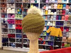 "Hyper facile à tricoter avec Phil looping de phildar.  Pompon en fourrure recyclés""DeciBellesCreations."" Winter Hats, Creations, Fashion, Pom Poms, Easy Knitting, Beautiful Things, Knits, Fur, Moda"