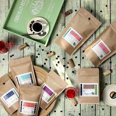 A KÁVÉ KALAND Válogatás csomag 7 féle kávékülönlegességgel azoknak akik szeretnének közelebbről megismerkedni a kávé különböző arcaival.  Lássuk mit találsz benne: A Zahara kávé kaland válogatás 4 féle single origin 100% arabica kávékülönlegességet 1 kifejezetten házi pörkölésre szánt Pörköld Magad szemes zöld kávét és 2 féle őrölt zöld kávét tartalmaz.  A Zahara pörkölt szemes kávékülönlegességekkel érdemes kísérletezned többféle kávékészítési móddal megízlelned őket.  A Pörköld Magad… Coffee, Drinks, Bags, Instagram, Food, Kaffee, Drinking, Handbags, Beverages