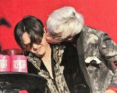 Top gives G Dragon a kiss Daesung, Gd Bigbang, Bigbang G Dragon, Dragon Kiss, G Dragon Top, Gd Et Top, Big Bang Memes, Kpop, Top Choi Seung Hyun