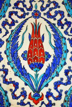 Tulip Motif on the Porcelain Tiles of Rüstem Pasha Mosque, Istanbul, Turkey by Remzsinas Islamic Motifs, Islamic Tiles, Islamic Art, Turkish Tiles, Turkish Art, Empire Ottoman, Turkish Design, Decorative Tile, Tile Art