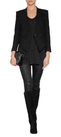 Keine Schnörkel, keine Farbe, keine Stil-Kompromisse: das ist der schwarze Blazer im Smoking-Stil von - na klar! - Helmut Lang #Stylebop