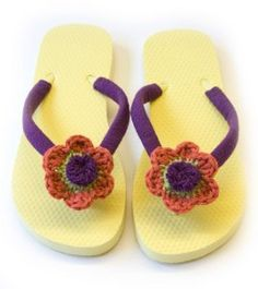 Looking for easy free #crochet patterns? Buy a plain pair of flip flops and dress them up with the flowers to make some fun floral flip flops. Choose brightly colored yarn if you're wanting a fabulous summer look.