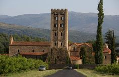 L'abbaye de Saint-Michel de Cuxa est située au pied du Canigou. Elle fait partie d'un ensemble architectural exceptionnel avec une grande église préromane du Xème siècle, un clocher roman-lombard et les restes d'un cloître roman datant du XIIème siècle.