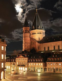 Mainz ~ Rhineland-Palatinate ~ Germany ~ Mainz Cathedral and Marketplace Frankfurt, Pre Romanesque, Mainz Germany, Romanesque Architecture, Interior Architecture, Visit Chile, German Christmas Markets, Rhineland Palatinate, Cool Landscapes