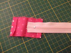 Oi, meninas. Este estojinho foi feito para ser conjunto da bolsa Sunbonnet .    A pedido da minha amiga Giovanna do Blog Giovanna Patchwork...