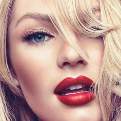blonde make up black winged eyes red lips contour classic makeup look