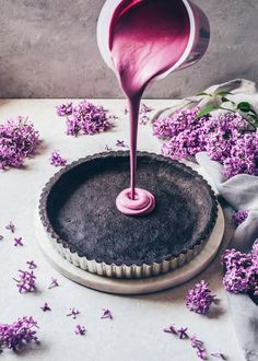 This simple blackberry mousse tart with oreo biscuit base is prepared in just 10 minutes and is so delicious! It is a blackberry cake without baking with a creamy blueberry blackberry mousse filling. Tart Recipes, Easy Cake Recipes, Sweet Recipes, Dessert Recipes, Fudge Recipes, Frosting Recipes, Curry Recipes, Cupcake Recipes, Just Desserts
