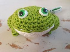 wire and talk . A cordial for you and you and you . Crochet Frog, Crochet Gratis, Crochet Patterns Amigurumi, Cute Crochet, Crochet Motif, Crochet Toys, Knitting Yarn, Hand Knitting, Frog Crafts