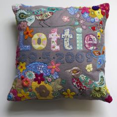 Customised Applique Cushion Love this pillow! Applique Cushions, Cute Cushions, Diy Pillows, Applique Quilts, Embroidery Applique, Jouer Au Scrabble, Quilting Projects, Sewing Projects, Art Quilting