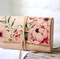 """Listová+kabelka+do+ruky+PEONY+CLUTCH+NOVINKA+JAR+2018+S+veľkou+radosťou+Vám+predstavujeme+našu+jarnú+kolekciu+kabeliek+s+motívom+letných+kvetov+pivónii,+čajových+ruží+a+ovocia+PEONY+COLLECTION:))+""""Rozkvitnutá""""+listová+kabelka+do+ruky+v+minimalistickom+štýle...nadčasový+aoriginálny+doplnok,+ktorý+Vás+budeverne+sprevádzať+či+užidete+s+priateľkou+na+kávičku,+na..."""