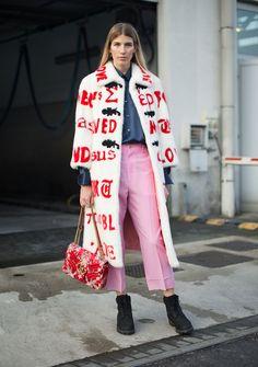 Eine der angesagtesten Farben der kommenden Saison ist Pink – und zwar in jeder Nuance zwischen geschmolzenem Softeis und Barbies Lieblingskleidern. Von Kopf bis Fuß möchte diese Farbe ja gar nicht getragen werden. Wichtig sind, je nach Anlass, die richtige Dosis und die richtigen Partner. Dazu gehört jetzt übrigens auch Rot.