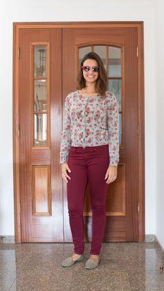 Calça burgundy, cadigan florido e sapatilha slipper / burgundy pants, flowered cardigan and slipper shoes