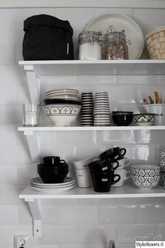 keittiö,seinähylly,astiahylly,astiat,mustavalkoinen Decor, Black And White, Home, House Styles, Kitchen, White