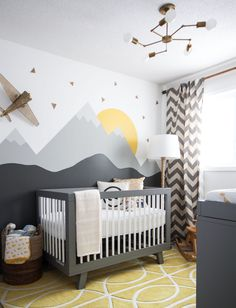 оформление стен в детской - вариант, если используем не обои, а краску, но какую-то детскость и яркость придать хочется
