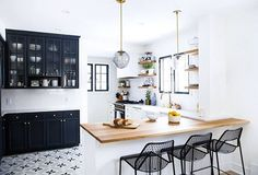 This black and white kitchen (that belongs to Kate Arends of @witanddelight!) has us feeling right. For more snaps of her Tudor-style cottage, tap the link in our bio! Photo by @canarygrey #SOdomino