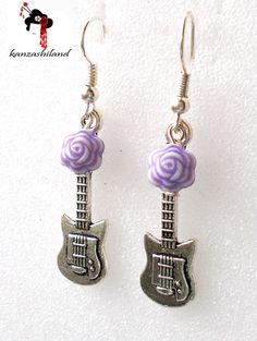 Pendientes de diseño propio, para las amantes de la música! Elaboradas con fornitura en forma de guitarra de plata tibetana y abalorio de color