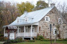 Maison du Bon Temps - Rivière-des-Prairies 1744 Old Stone Houses, Old Houses, France 2, House Viewing, Dry Stone, Of Montreal, Construction, Quebec City, Historic Homes
